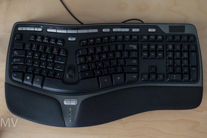 Pregled izgleda tastature Microsoft Natural Ergonomic 4000 žičane USB tastature namenje za ergonomsko kucanje